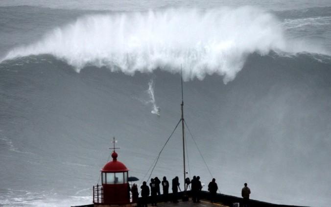 Carlos Burle rides 100 foot wave