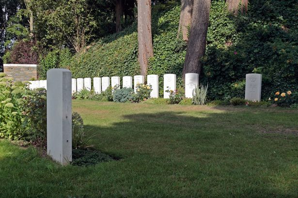 Graves-of-the-first-last-British-soldiers-to-die-in-World-War-One-3101586
