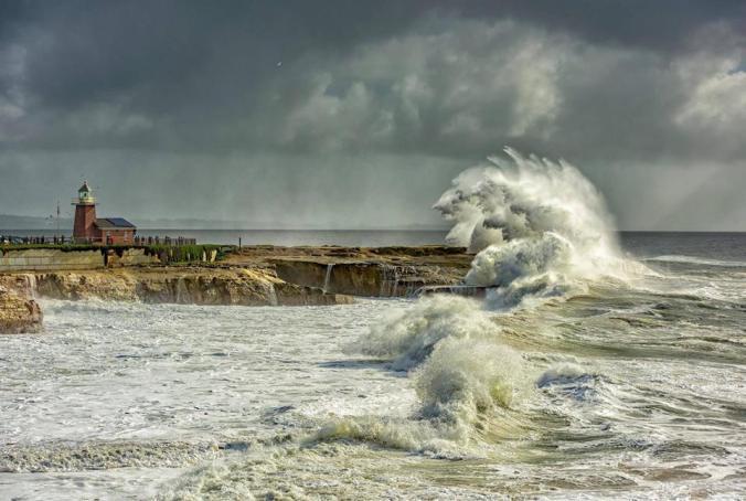 santa-cruz-lighthouse-waves